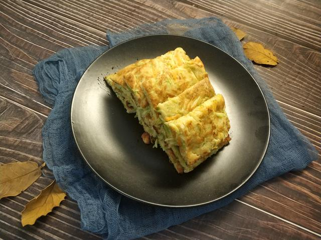 教你西葫芦鸡蛋煎饼的做法,口感暄软,色泽金黄,孩子特别爱吃