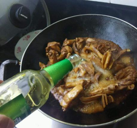 煮啤酒鸭时别焯水,学会这个方法,鸭肉鲜嫩入味没有腥味