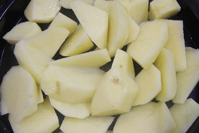 土豆我家最爱这一做法,比饭店的还好吃,焦香扑鼻,一大盘吃光光
