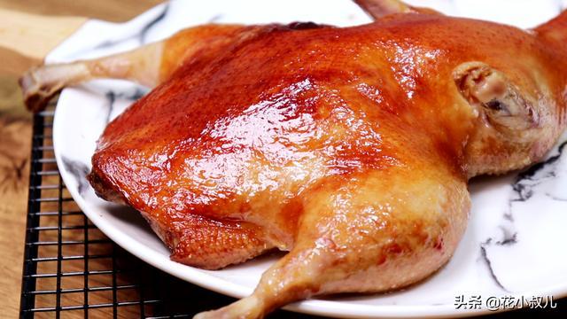 烤鸭的简单做法,只需要一小勺盐和酱油,金黄香嫩,一看就特好吃