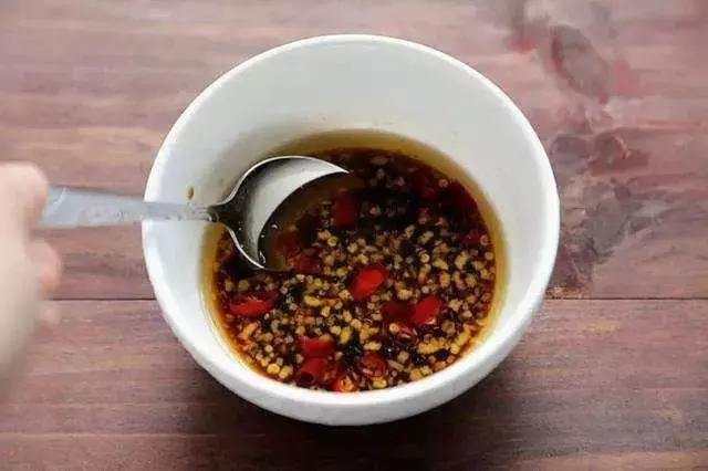 做凉拌菜时,不管是什么菜,学会这碗万能凉拌汁,酸辣开胃又好吃