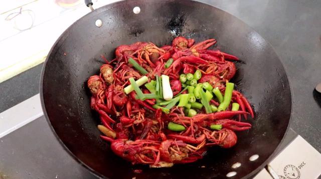 家庭烧制小龙虾,最详细的清洗过程,家常配料教你烧出饭店的味道