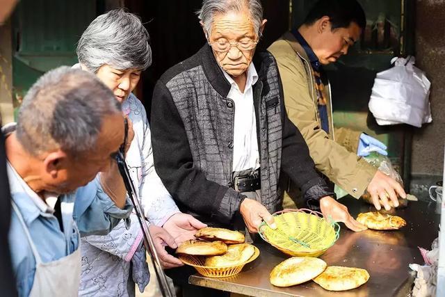 """阜阳这家""""老康烧饼"""",已经悄悄火了47年了"""