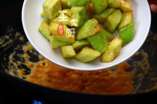 蛋黄茄子—这样做出来比肉还好吃,咸香软糯,吃一口根本停不下来