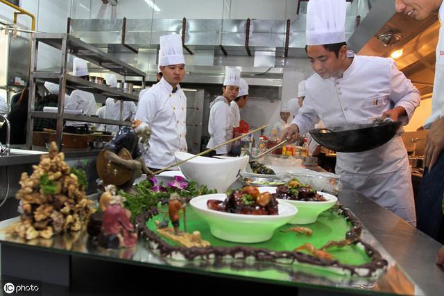 高级厨师技巧,鲈鱼的招牌菜做法!厨房小白思后再学