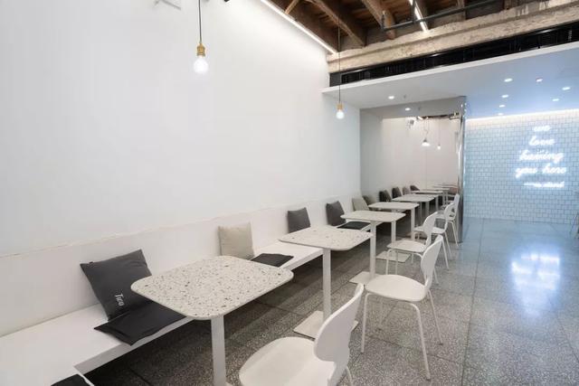 """这家咖啡馆太怪!不做网红做""""网白"""",招牌产品是""""水泥""""?"""