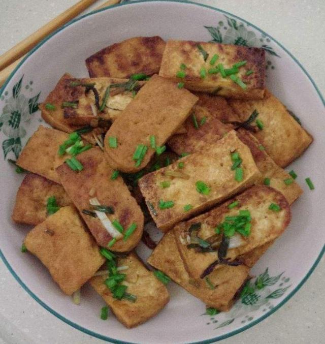 煎豆腐前,最忌直接加水浸泡,少了这样东西,豆腐易碎不成形