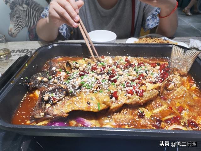 端午节小伙花了180块和老婆在外面加餐,四斤烤鱼、一盘花生米