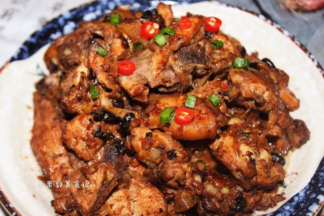 鸡肉新吃法,加点略带臭味的食材一起炒,香到邻居带着孩子来敲门