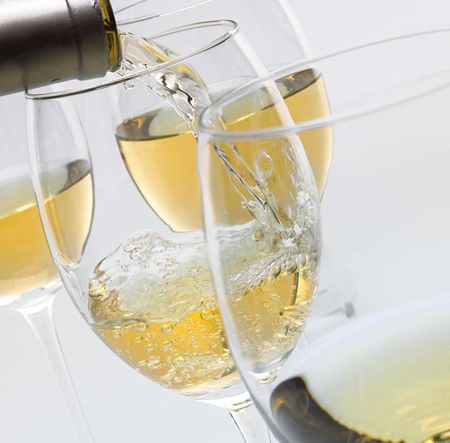 倒入醒酒器的葡萄酒一次没喝完,怎么处理?还能倒回瓶中保存吗?
